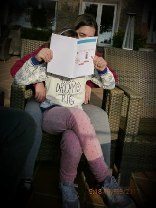 ona-llegint-el-seu-llibre